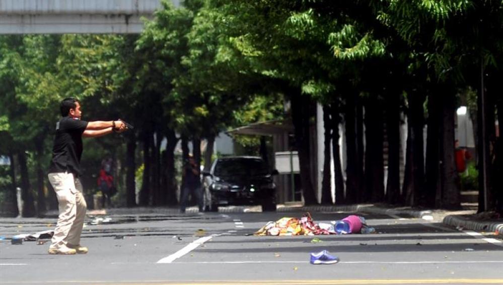 La policía asegura los alrededores del lugar donde se ha producido la explosión