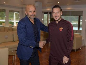 Luciano Spalletti saludando a Totti