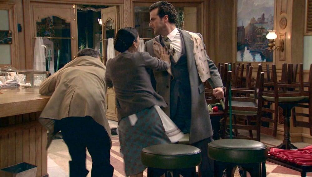 Ramón se enfrenta a Jorge Cisneros para defender a Manolita