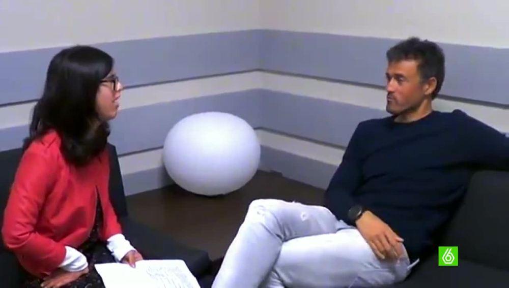 Luis Enrique hablando con una estudiante de periodismo
