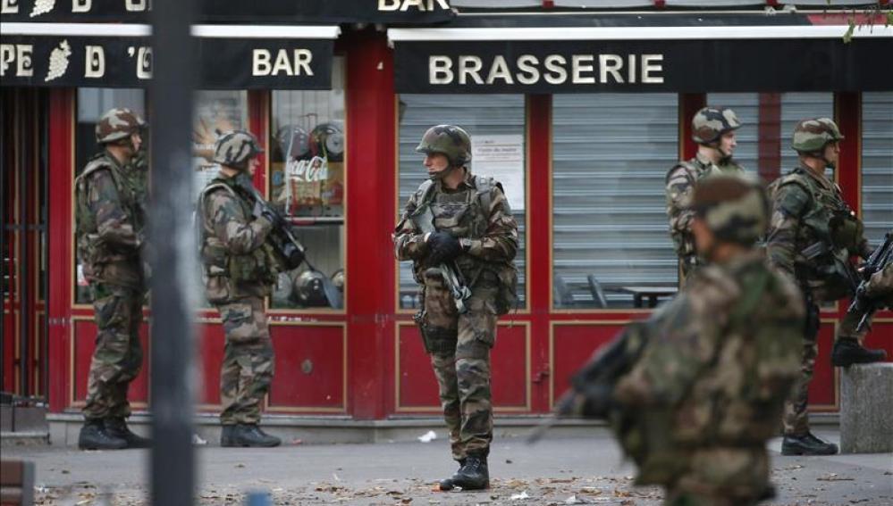 Soldados y policías participan en la operación en Saint Denis
