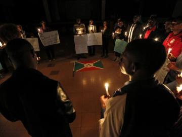Estudiantes participan en una vigilia por los muertos en unos enfrentamientos en Buyumbura