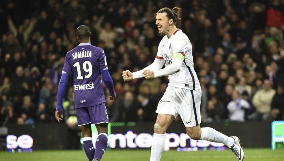 Ibrahimovic celebra un gol frente al Tolouse