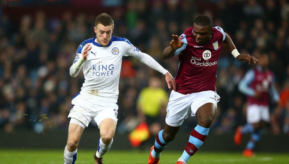 Jaime Vardy conduce el balón en un partido con el Leicester