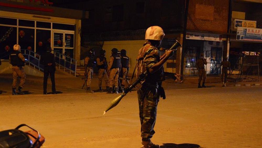 Un soldado a las afueras del hotel donde se ha producido el ataque