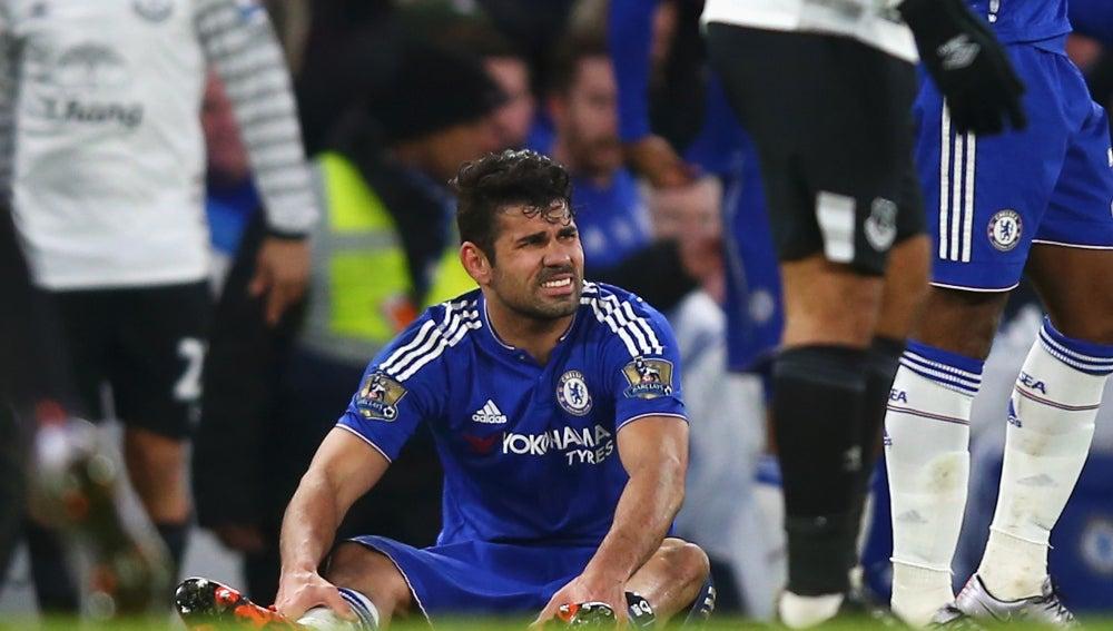 Diego Costa se duele de la espinilla en el partido frente al Everton