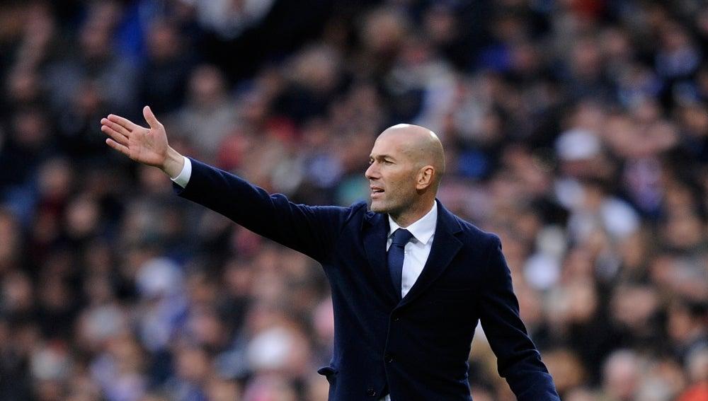 Zidane dirigiendo al Real Madrid frente al Sporting de Gijón