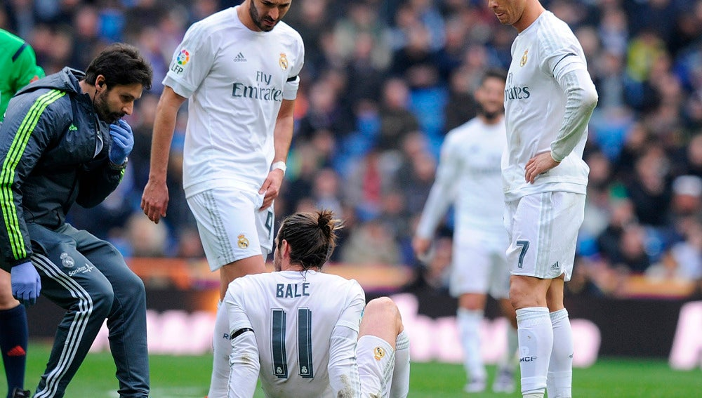 Bale se duele en el césped, ante la mirada de Benzema y Cristiano