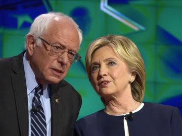 Hillary Clinton con Bernie Sanders.
