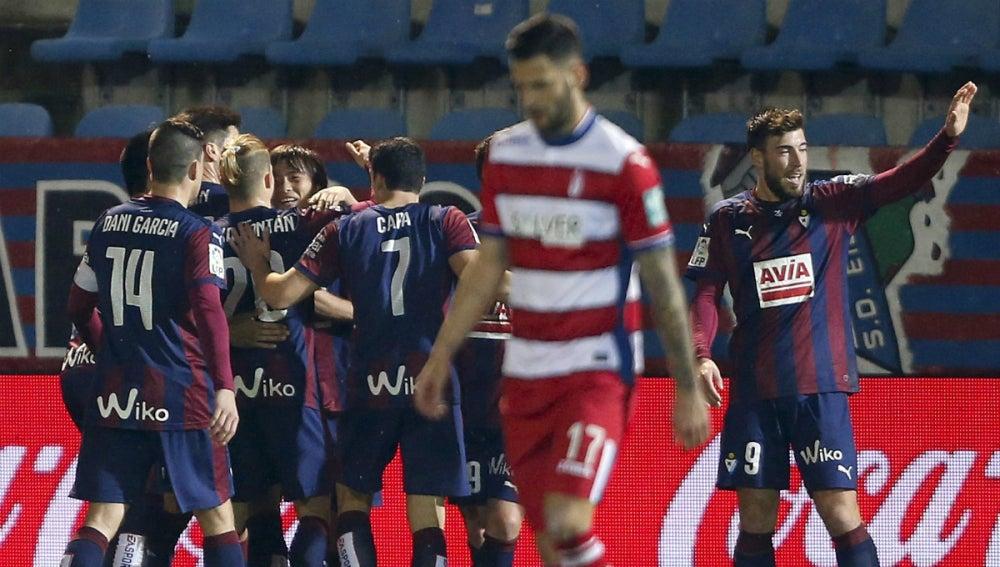Los jugadores del Eibar celebran el gol de Inui