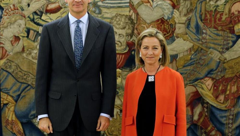 El Rey junto con la diputada de Coalición Canaria, Ana Oramas