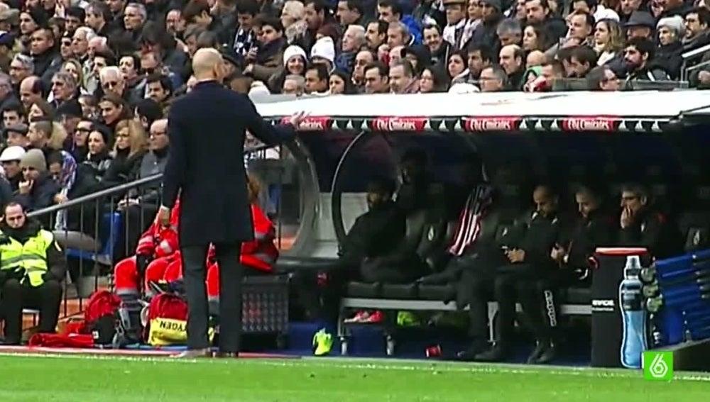Zidane dialoga con James Rodríguez en la banda del Bernabéu