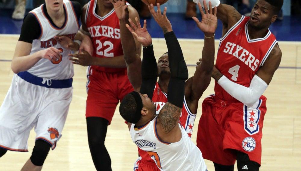 Carmelo Anthony lanza a canasta ante la oposición de Nerlens Noel