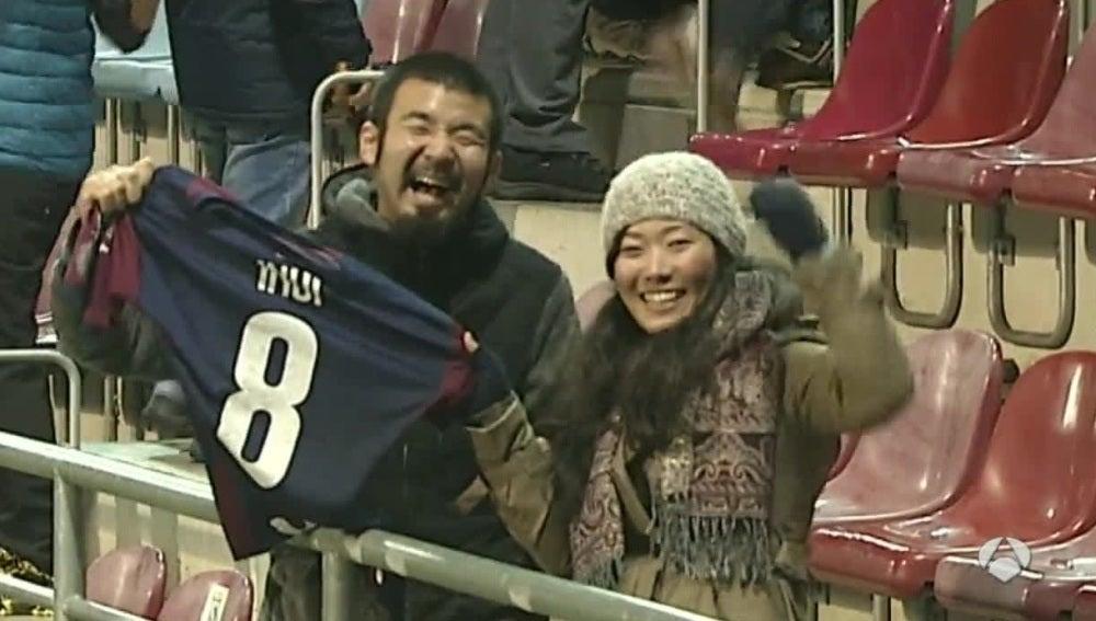 Dos aficionados sostienen la camiseta de Inui en Ipurua