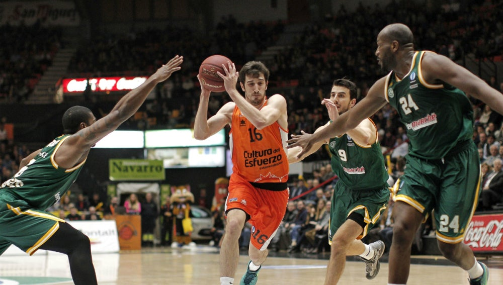 Guillem Vives entra a canasta ante la defensa rival
