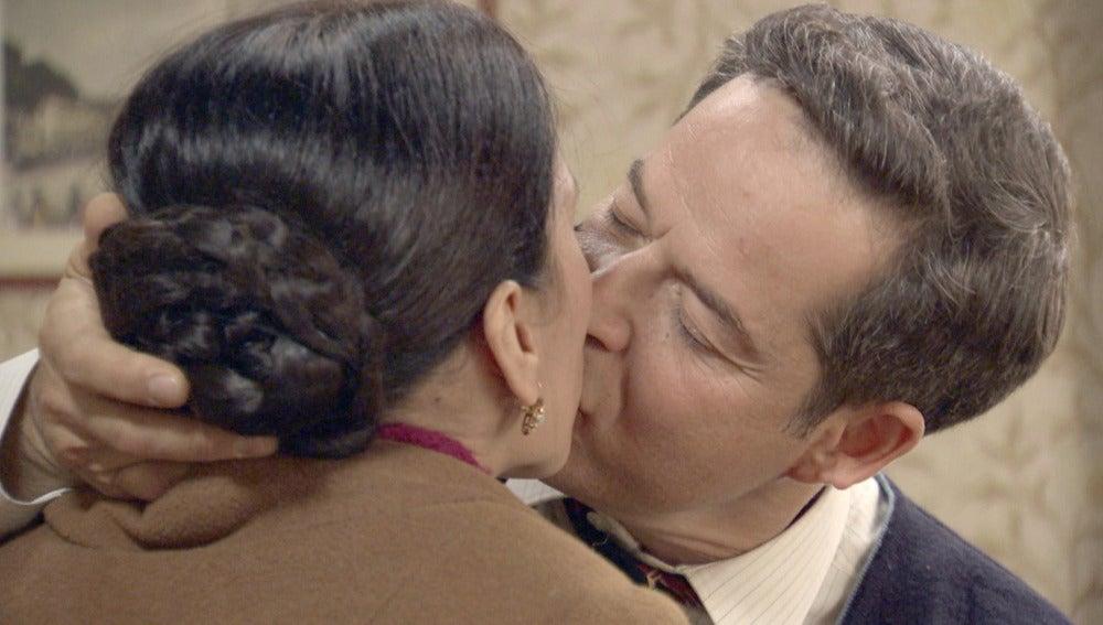 Ramón besa a Manolita tras los ensayos