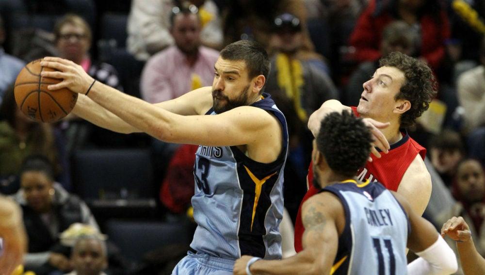 Marc Gasol captura un rebote ante los Pelicans