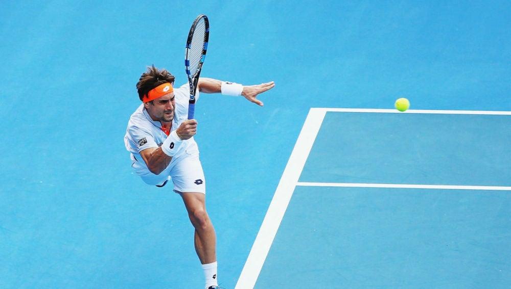 Ferrer devuelve una pelota en su debut en Australia