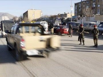 Agentes de seguridad afganos permanecen en guardia en una carretera de Kabul