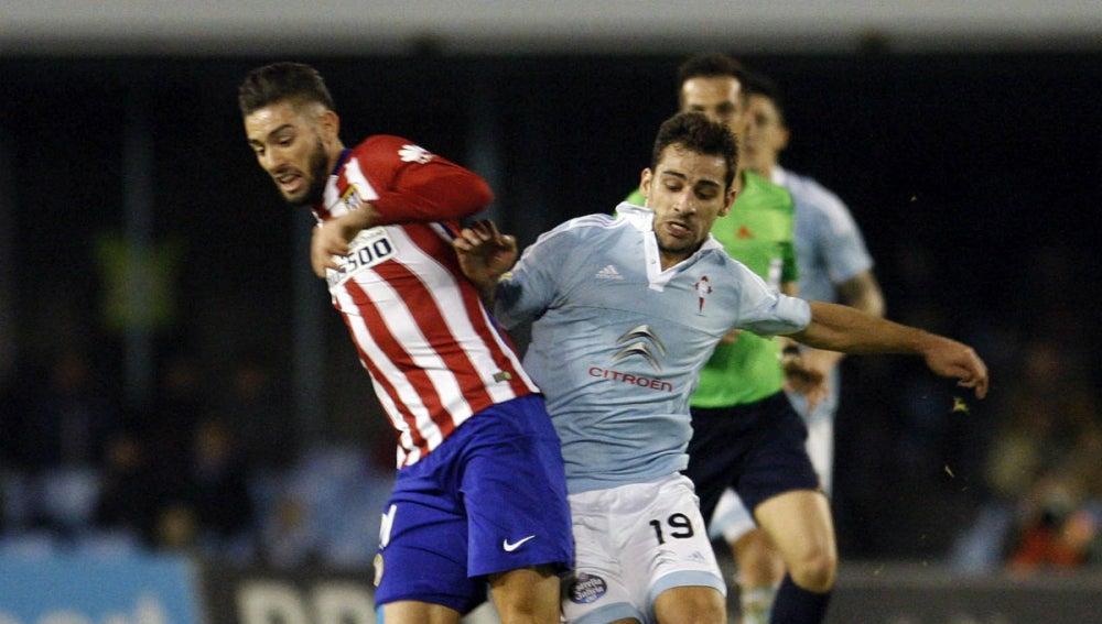 Carrasco intenta avanzar ante la presión de Jonny Castro