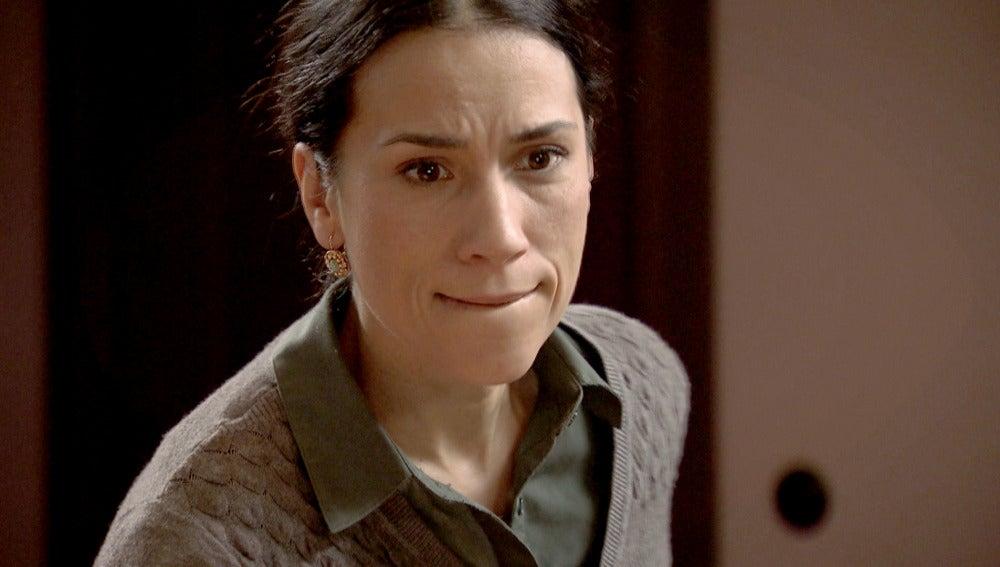 Manolita entra en cólera al saber que Leonor pertenece a los comunistas