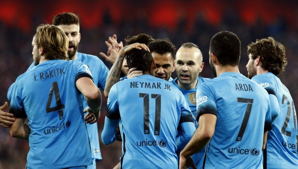 Los jugadores del Barcelona celebran el gol de Neymar