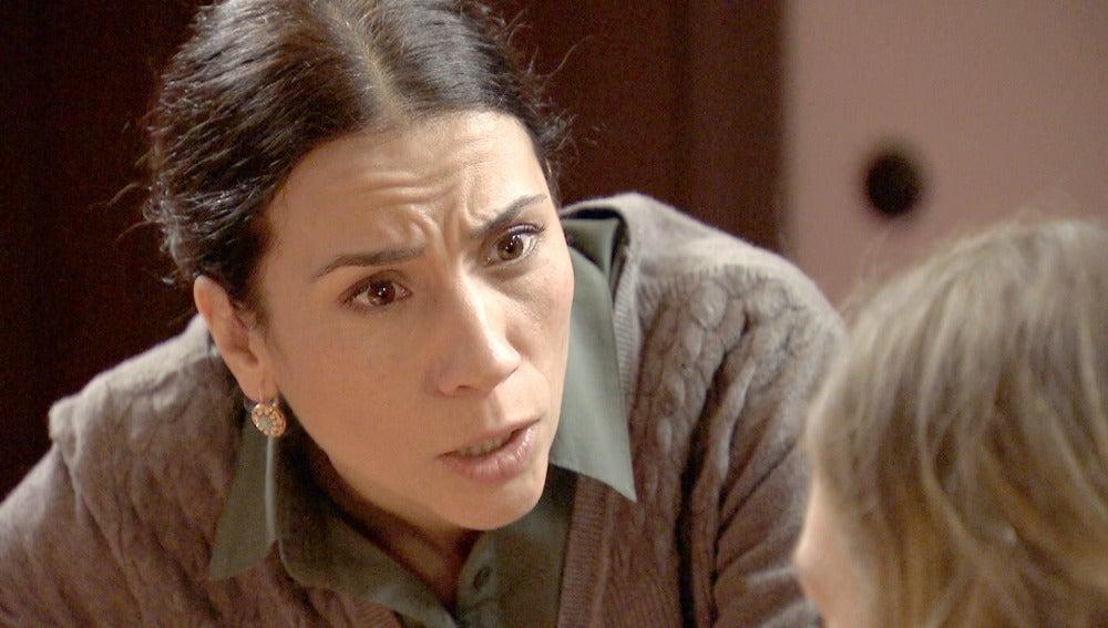 Leonor confiesa a su madre que pertenece al Partido Comunista