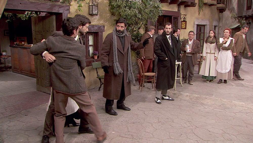 Don Berengario evita una pelea entre Lucas y Eliseo