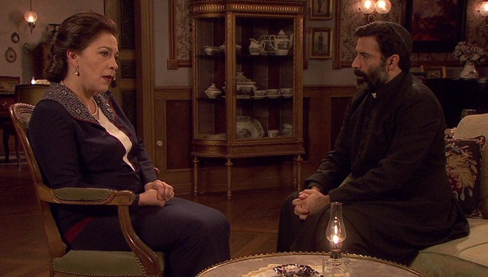 Francisca empieza a ver al cura nuevo como un buen aliado