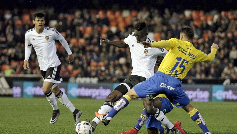 Zahibo conduce el balón ante la defensa de Las Palmas