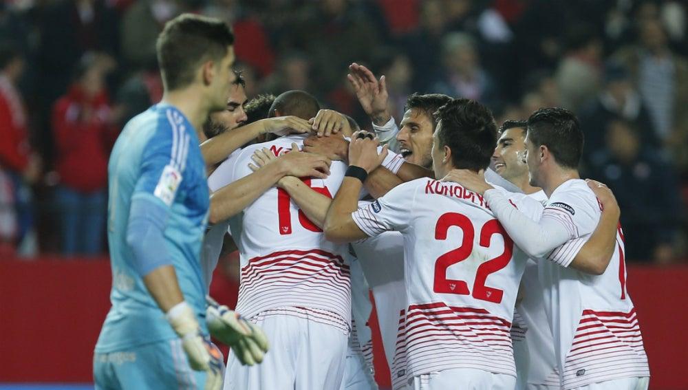 Los jugadores del Sevilla celebran el gol de N'Zonzi