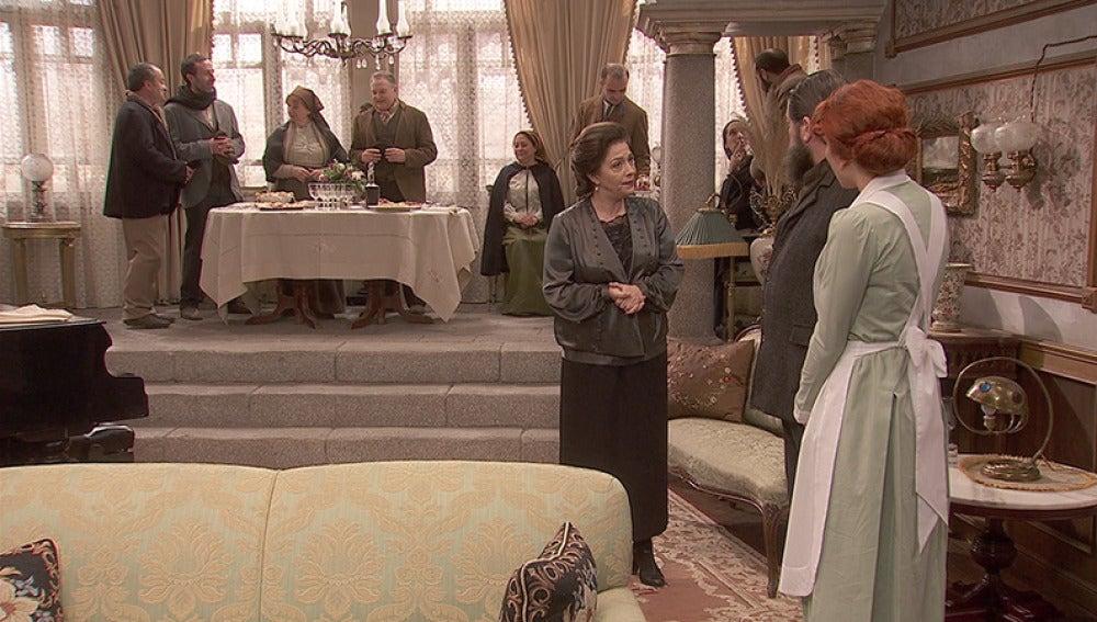 Francisca recibe a un grupo de forasteros que vienen a pedirle su apoyo