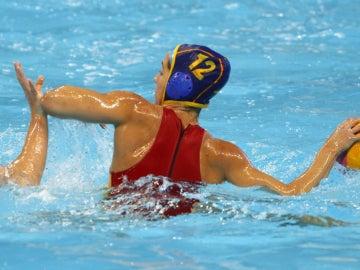 Laura López tira a puerta ante la defensa holandesa