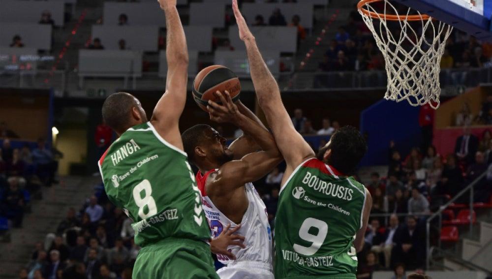 Cory Higgins entra a canasta ante la defensa del Baskonia