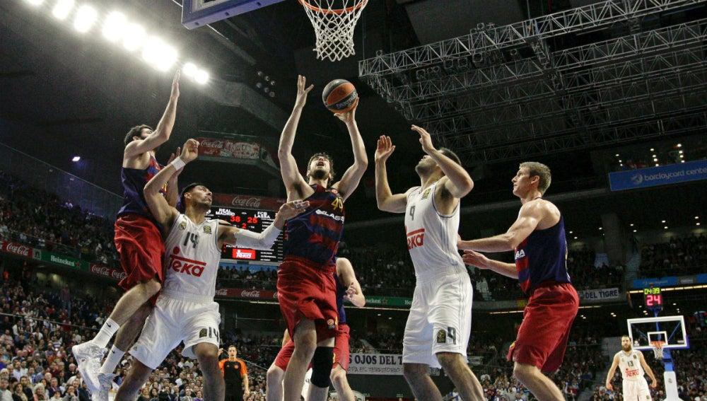 Ante Tomic lanza a canasta ante la defensa rival