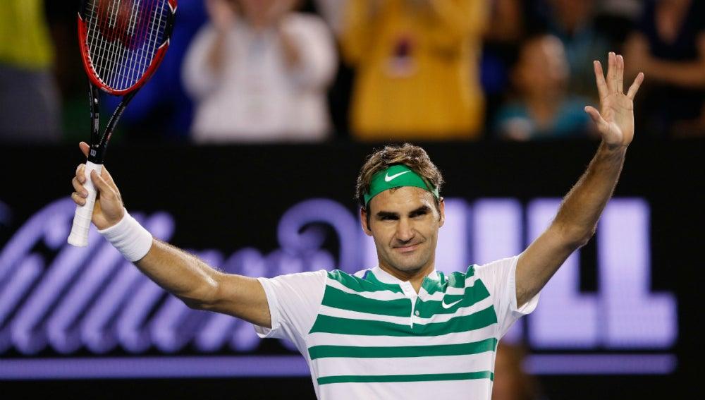 Roger Federer saluda al público tras ganar a Dimitrov