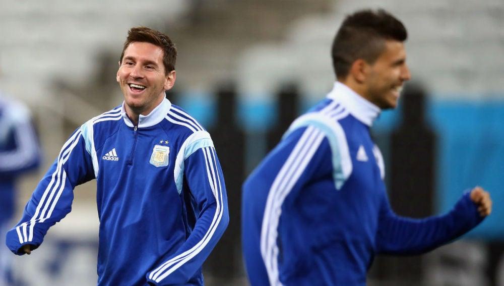 Messi y Agüero bromean en una concentración de Argentina