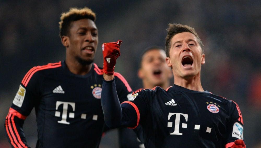 Lewandowski celebra uno de sus goles ante el Hamburgo