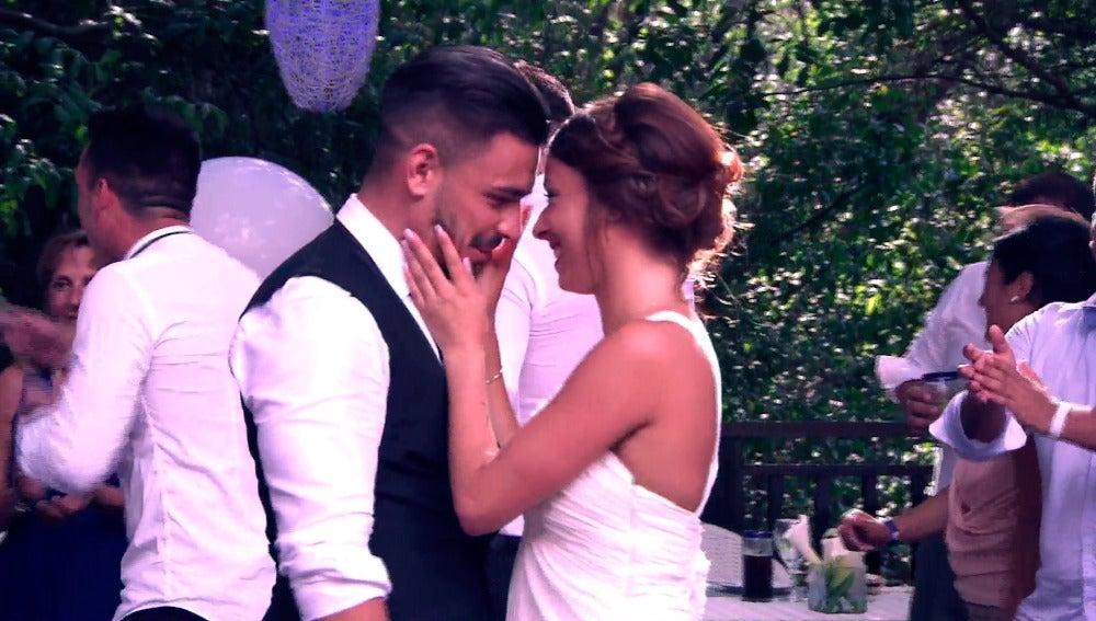 Cristina y Tito se besan ante la pérfida mirada de la hermana del novio