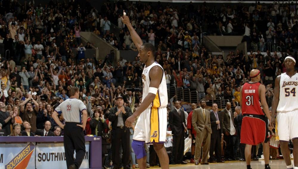 Kobe Bryant se va al banquillo tras anotar su punto número 81 ante los Toronto Raptors