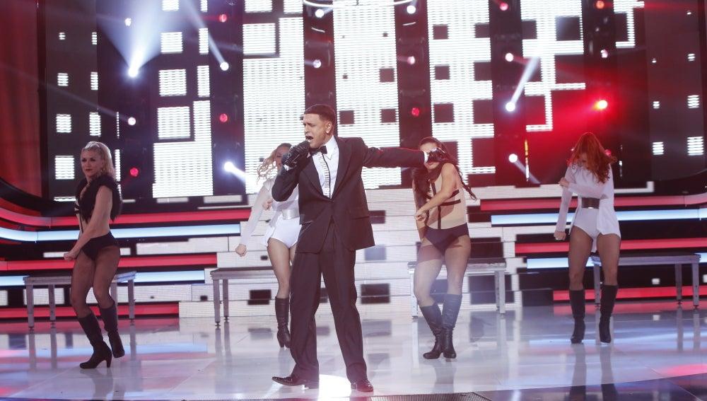 Adrián Rodríguez inunda el plató de reggaeton como Daddy Yankee y canta 'La nueva y la ex'