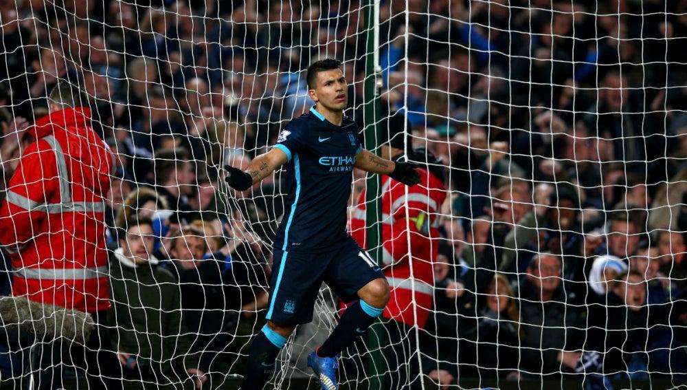 El Kun festeja un gol con el Manchester City