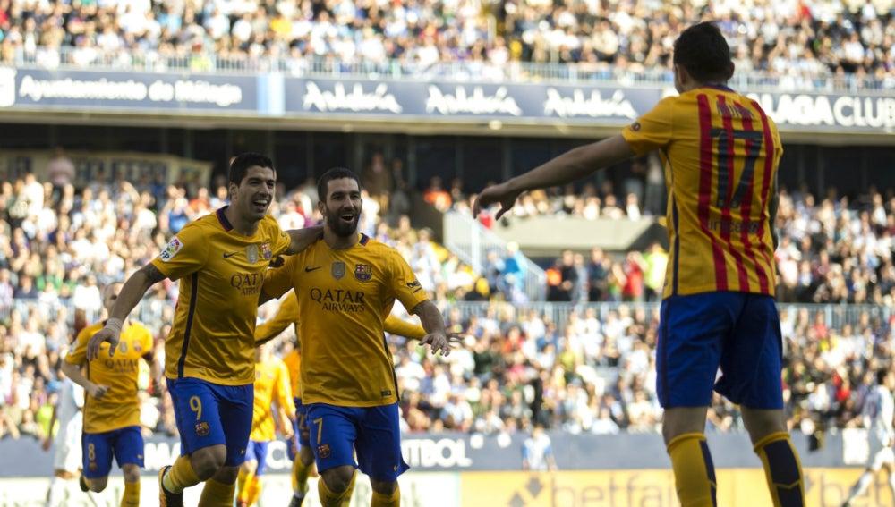 Luis Suárez y Arda festejan un gol con Munir