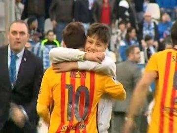 Un aficionado del Málaga se abraza a Messi