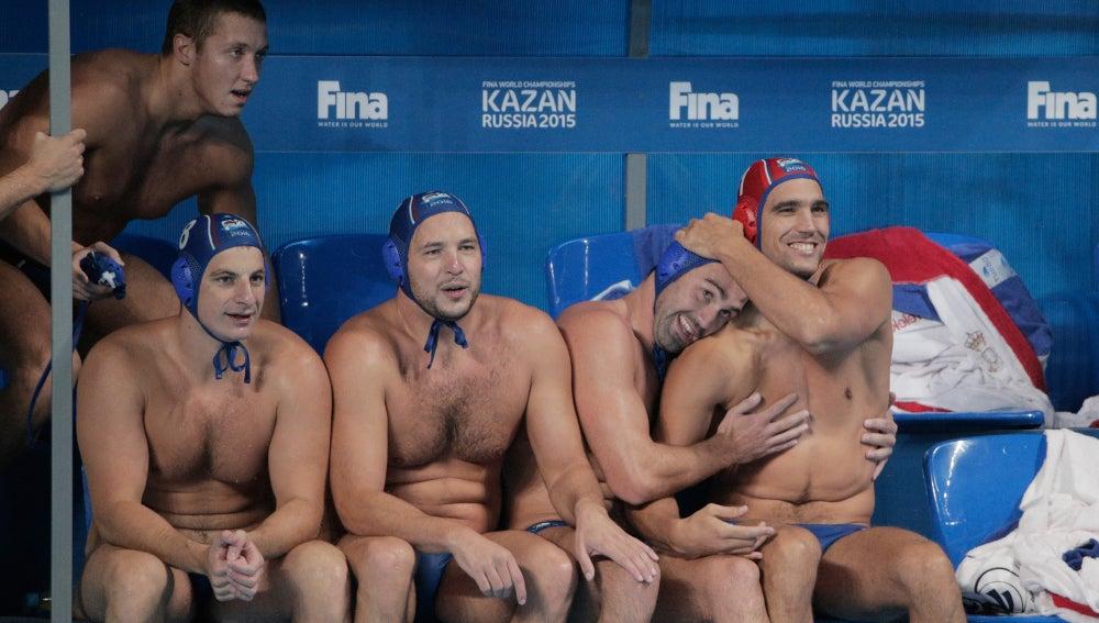 Los jugadores serbios se abrazan tras conseguir vencer en la final del Mundial