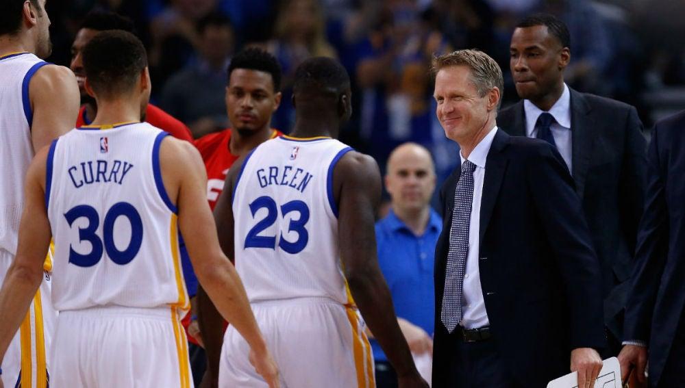 Curry y Green se dirigen al banquillo ante la mirada de Steve Kerr