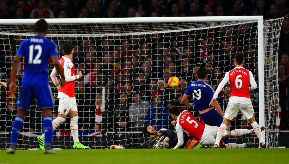 Diego Costa marca ante el Arsenal