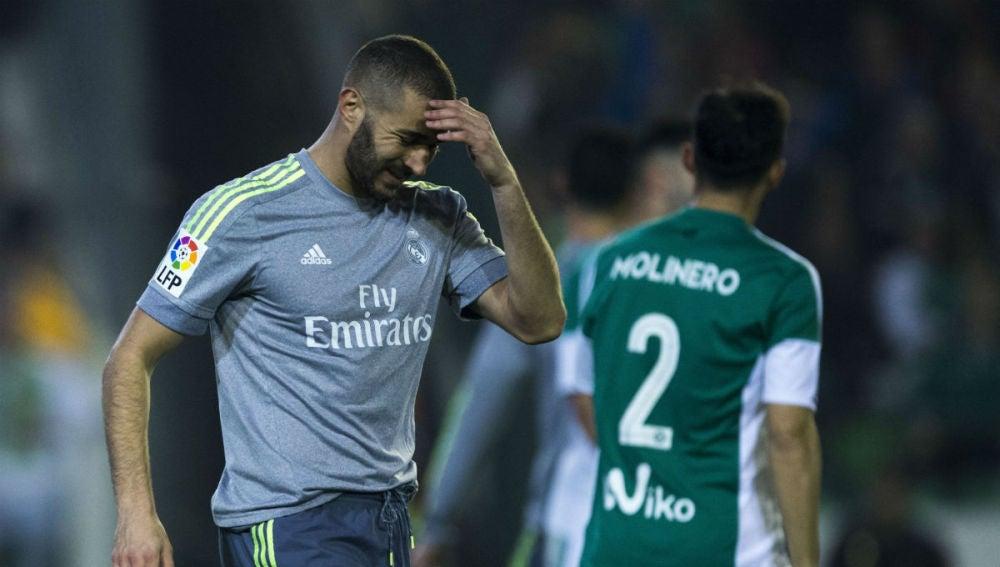 Benzema se lamenta tras una jugada