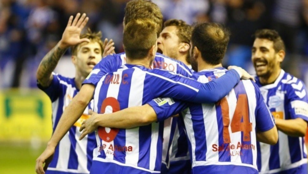 Los jugadores del Alavés celebran un gol frente al Huesca