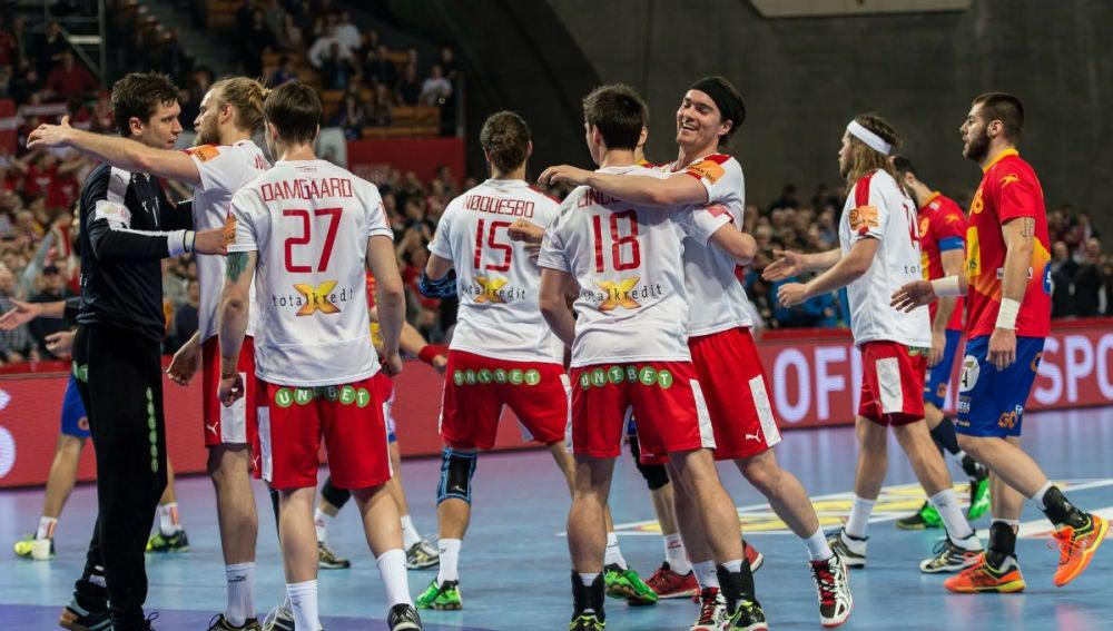 Los jugadores daneses celebran el triunfo ante España